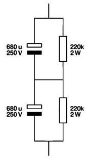 Стабилизирующие резисторы выравнивают падения напряжения на конденсаторах